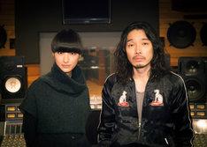 左からシシド・カフカ、斉藤和義。