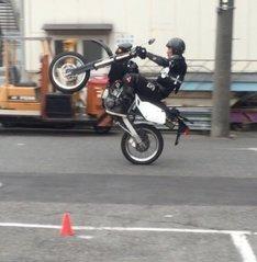 フロントアップ走行中の吉川晃司。