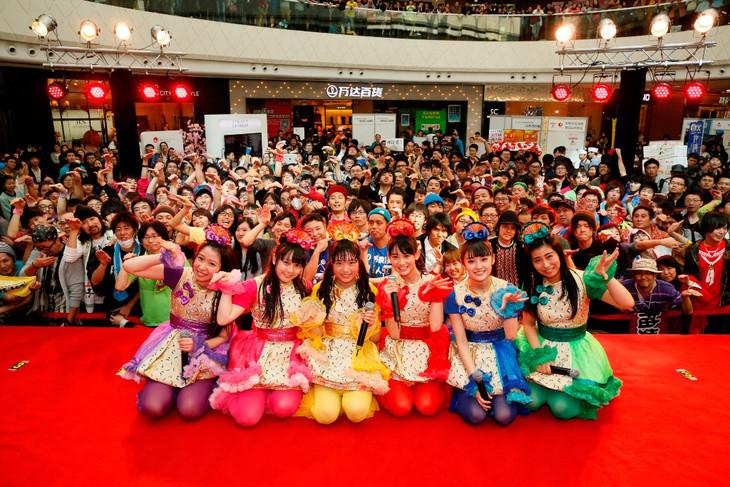 「第2回大連ジャパンブランド」でのライブを終えたチームしゃちほこと現地のファン。
