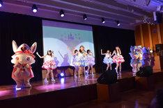 マジカル☆どりーみんによる「マジカル☆チェンジ」歌唱の様子。