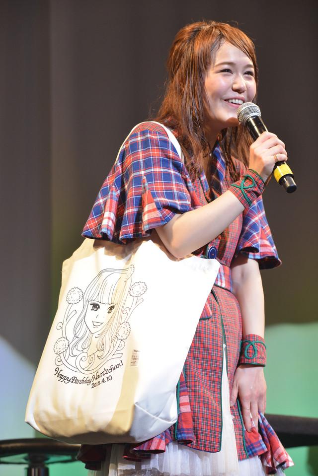 Nao☆の誕生日を祝して制作された「Nao☆トートバック」。イラストは彼女が芸能界を目指すきっかけとなったマンガ「こどものおもちゃ」の作者・小花美穂によるもの。