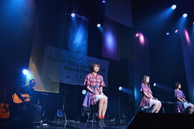 木暮晋也(ヒックスヴィル)の演奏をバックに「サンシャイン日本海」を歌うNegicco。