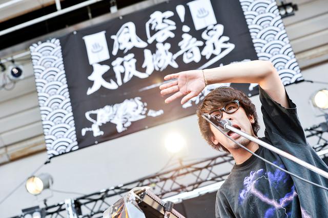 ヨコタシンノスケ(Key, Vo / キュウソネコカミ)(撮影:河上良)