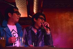 会場にはプライベートで祝福に駆けつけたLD&K同窓生・沖井礼二(TWEEDEES、ex. Cymbals / 写真右)の姿も。DJを務めた松村祐治(左)と沖井は中学生時代からの悪友だ。