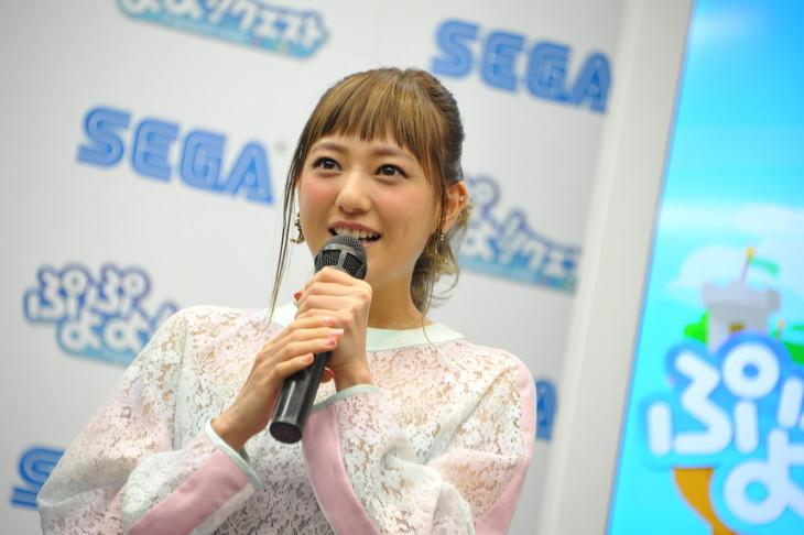 伊藤千晃。2015年4月に行われたセガゲームス「ぷよぷよ!!クエスト」新CM発表会の様子。