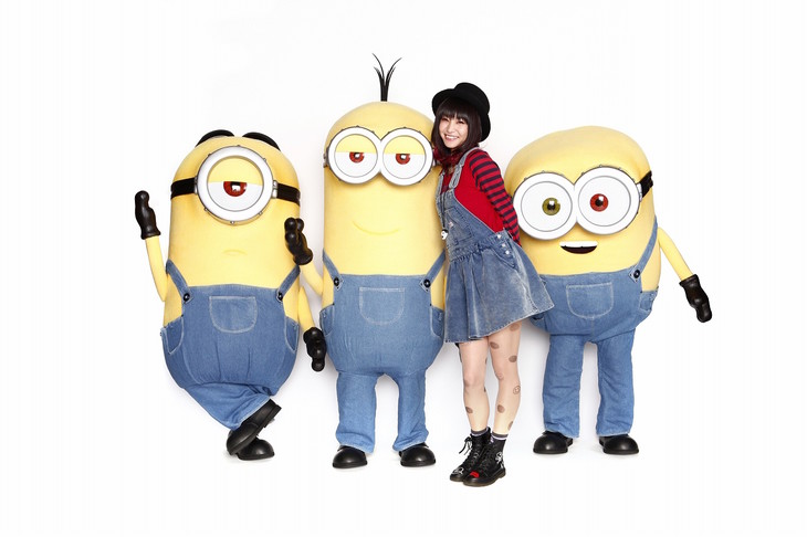 LiSAとミニオンたち。 (c)2014 Universal Pictures.