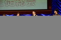 """左から""""教育委員長""""の大賀咲希、""""トーク委員長""""の白井沙樹、生徒会長の磯野莉音、倉本美津留校長。"""