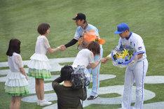試合前のセレモニーではMeguが横浜DeNAベイスターズの4番バッター・筒香嘉智に、Kaedeが読売ジャイアンツの新潟出身・加藤健捕手に花束を贈呈した。