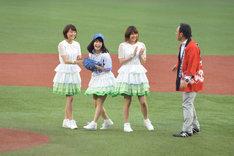 照れ笑いを浮かべるNao☆投手(左から2番目)。