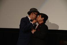 キスをするFROGMANと上島竜兵(ダチョウ倶楽部)。