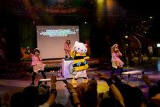 「蜜蜜蜜」をパフォーマンスするあゆみくりかまきとハローキティ(中央)。(c)2015 SANRIO CO.,LTD.