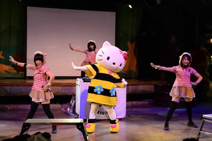 「蜜蜜蜜」をパフォーマンスするあゆみくりかまきとハローキティ(中央)。 (c)2015 SANRIO CO.,LTD.