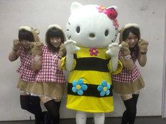 あゆみくりかまきとハローキティ(右から2番目)。 (c)2015 SANRIO CO.,LTD.