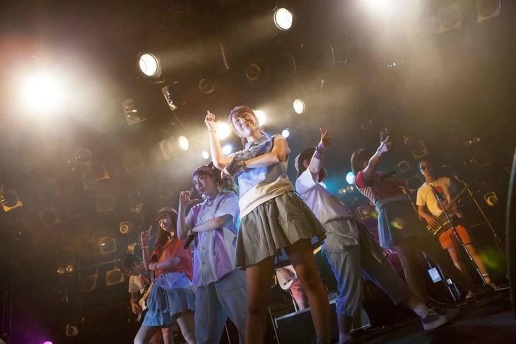 """Especia「Especia CLUB QUATTRO Tour """"Brisa de Primavera""""」東京・渋谷CLUB QUATTRO公演の様子。"""