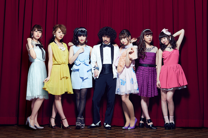 清 竜人25の最新アーティスト写真。左から清優華、清亜美、清咲乃、清竜人、清桃花、清美咲、清可恩。
