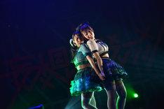 桜野羽咲、水城夢子による「幸福結界」歌唱の様子。