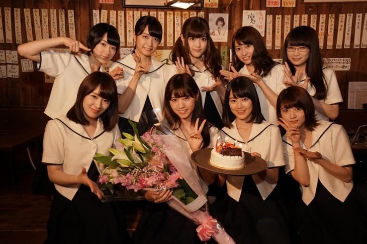 西野七瀬(下段左から2番目)の誕生日をお祝いした乃木坂46メンバー。(c)「初森ベマーズ」製作委員会