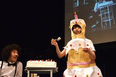 ケーキのコスチュームを身にまとい、清竜人にケーキを食べさせる清桃花。