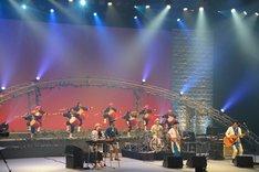 琉球國祭り太鼓を迎えて「帰る場所」を披露するHY。
