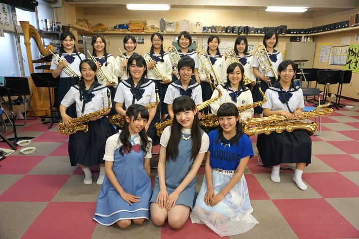 精華女子高等学校吹奏楽部のホーンセクションと記念撮影する私立恵比寿中学メンバー。手前左から真山りか、松野莉奈、柏木ひなた。