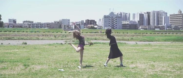 """アカシック新曲MV、犬山紙子と一緒に""""好きな人の前でやったら振られる""""ダンス - 音楽ナタリー"""