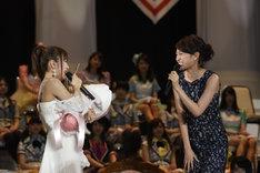 サプライズ登場した前田敦子から花束を受け取る高橋みなみ。 (c)AKS