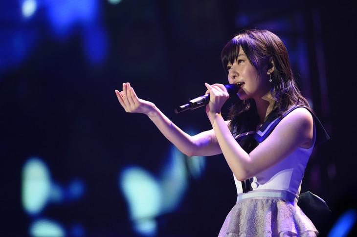 指原莉乃による「あなたがいてくれたから」歌唱の様子。 (c)AKS