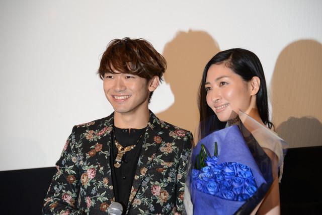 左からNAOTO、坂本真綾。