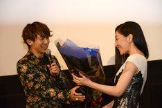坂本真綾に青いバラの花束を手渡すNAOTO。