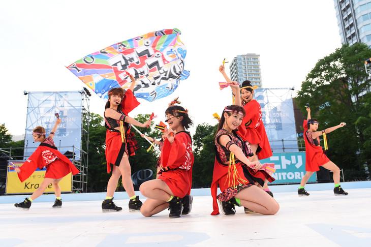 「第24回 YOSAKOIソーラン祭り」のメインステージでオープニングアクトを務めたアップアップガールズ(仮)。