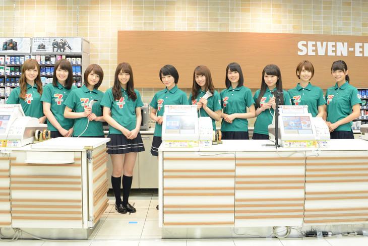 乃木坂46セブン-イレブン店頭接客イベントの様子。