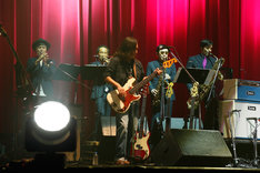 左からNARGO、北原雅彦、澤田浩史(B)、GAMO、谷中敦。(撮影:ほりたよしか)