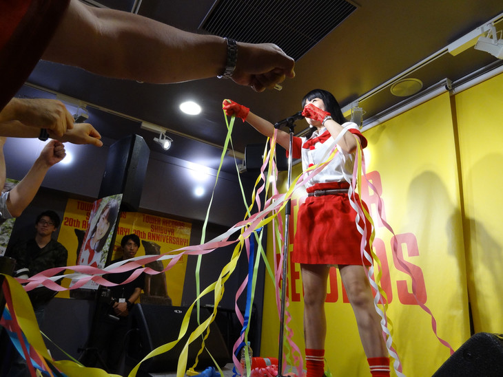 昨日6月18日に東京・タワーレコード渋谷店 4Fイベントスペースにて開催、町あかりインストアイベント「ア、町あかりメジャーデビュー前夜祭」の様子。(写真提供:ビクターエンタテインメント)