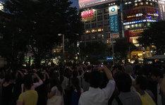 東京・渋谷のスクランブル交差点付近の街頭ビジョンにV6の生中継映像が映し出されているときの様子。