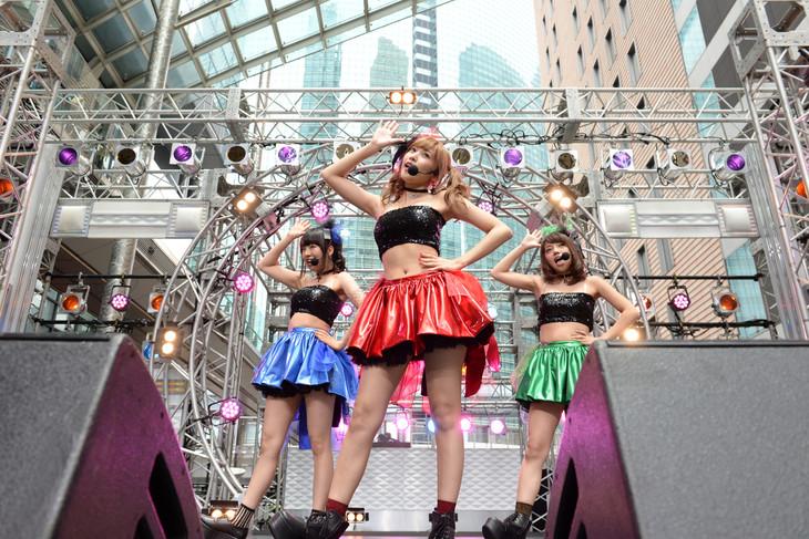 日本テレビ系「THE MUSIC DAY 音楽は太陽だ。」の屋外イベントで「ありゃりゃ?」を歌うイチゴBERRY。