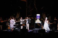 清水ミチコ、バンドメンバー、観客によるバースデーソングの大合唱を受けて涙するMISIA。 (撮影:田中雅也)