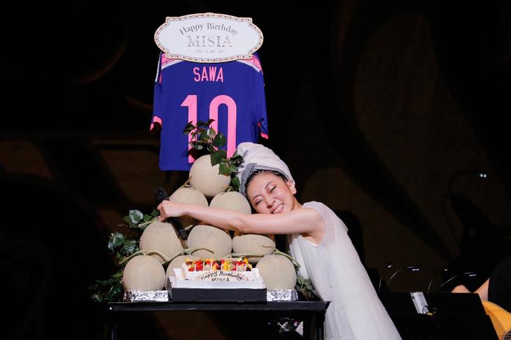澤穂希選手から贈られた、大好物のメロンのタワーに抱きつくMISIA。 (撮影:田中雅也)