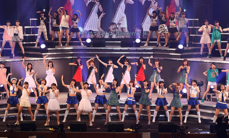 「Hello! Project 2015 SUMMER ~DISCOVERY~ / ~CHALLENGER~」初日公演の様子。 (写真提供:アップフロントプロモーション)