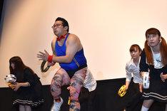 切れ味の鋭いダンスで観客と登壇者を爆笑させたGONZO(左から2番目)とダンサー集団。