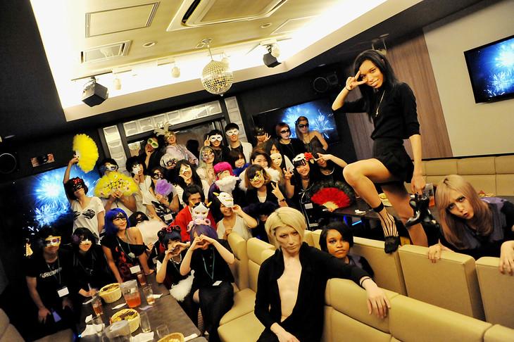 女王蜂のメンバーと宴会参加者の記念写真。