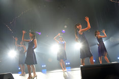 「Dorothy Little Happy Live Tour 2015 5th Anniversary ~just move on~」の様子。