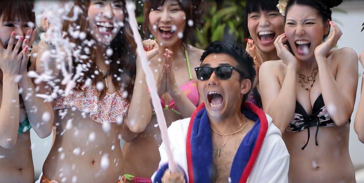 DJ和「サマパ!summer party mixed by DJ和」CMのワンシーン。