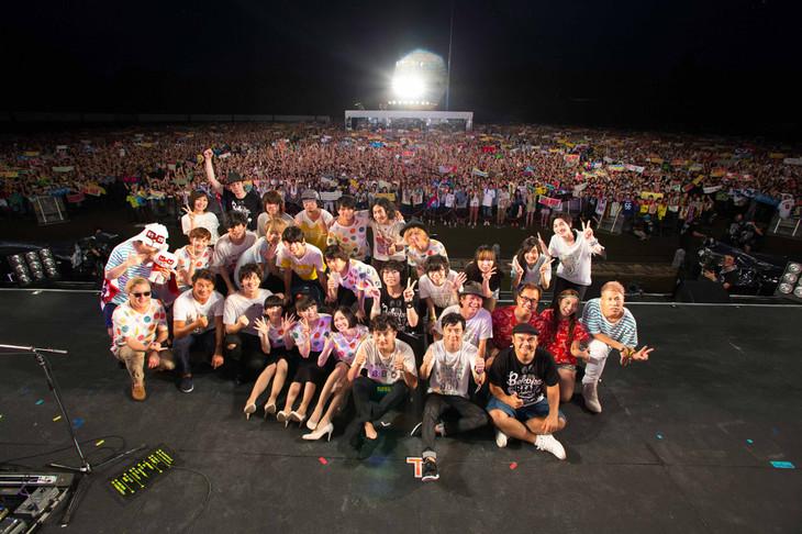 「Amuse Fes 2015 BBQ in つま恋 ~僕らのビートを喰らえコラ!~」全出演者による集合写真。(写真提供:アミューズ)