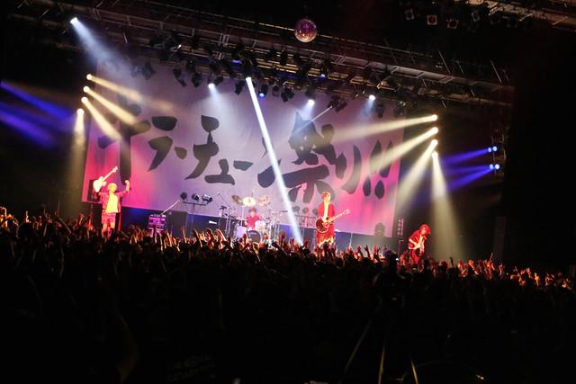 THE ORAL CIGARETTES「~唇ワンマンJAPAN TOUR 2015 ~おまたせBKW!! 9ヵ所行脚でエリア拡大、改めまして『ジ』オーラルシガレッツです!の巻~」大阪・なんばHatch公演の様子。(Photo by Viola Kam[V'z Twinkle Photography])