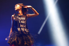 LiSAの海外ツアーよりシンガポール公演の様子。(photo by Takanori Fujishiro)