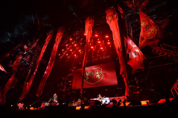 「B'z LIVE-GYM 2015 -EPIC NIGHT-」愛知・ナゴヤドーム公演の様子。 (写真提供:VERMILLION RECORDS)