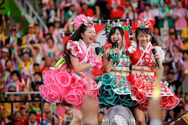 左から佐々木彩夏、有安杏果、百田夏菜子(ももいろクローバーZ)。(Photo by HAJIME KAMIIISAKA+Z)
