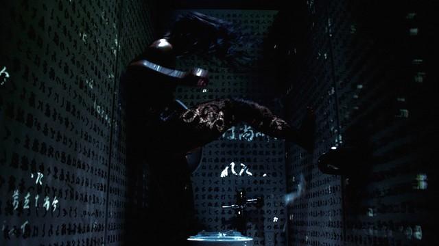 「スピードと摩擦」ミュージックビデオのワンシーン。