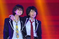 「青春アミーゴ」を歌う玉井詩織と百田夏菜子。(Photo by Ayumi Fujita)