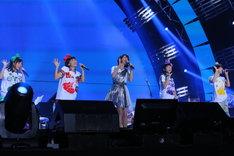写真左より有安杏果、百田夏菜子、森高千里、高城れに、玉井詩織。(Photo by Ayumi Fujita)